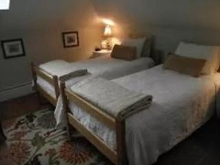 2 Twin Beds in Sunlit Room w/ Free Breakfast