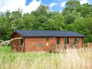 DURHAM LODGE, log cabin, ground floor, hot tub, off road parking, in Kiplin, Ref