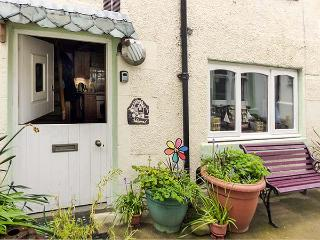 BENJAMIN'S COTTAGE, cosy cottage with WiFi, multi-fuel stove, short walk to sea, in Gardenstown, Ref 30552