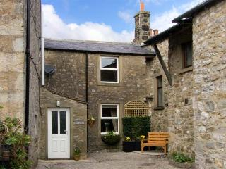 COATES LANE FARM COTTAGE, pet friendly, character holiday cottage with open fire in Starbotton, Ref 926352