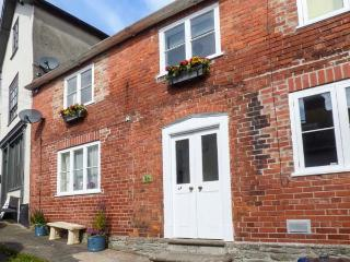1A MARKET STREET, pets welcome, WiFi, central location, in Knighton, Ref 927902
