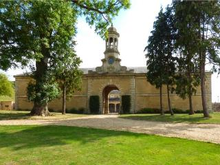 WALKER'S PASS, two-storey wing of a superb abbey, two bedrooms, woodburner, parking, near Stamford, Ref 927652