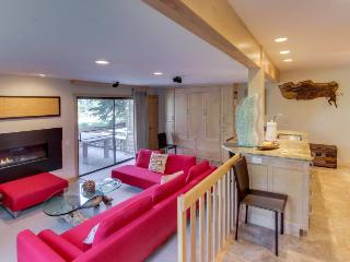 Lavish, modern condo with pool & tub, ski-in/ski-out access!, Sun Valley