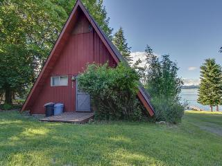 Charming lakefront A-frame with shared dock/ beach/outdoor firepit., Sagle