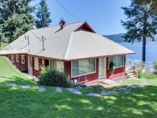Lakefront cabin w/covered dock, two-tier deck, dogs OK!, Coeur d'Alene