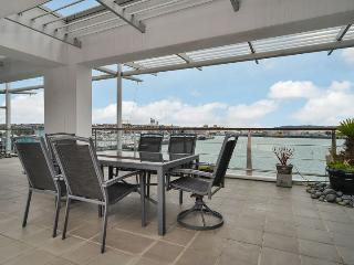 Large Luxury Waterfront Airconditioned Apartment on Princes Wharf with Views of the Sunset, Auckland
