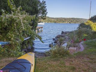 Beautiful 2BR Seattle Lake Apartment – Kayaks Provided!