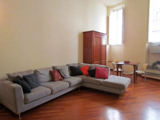 Spacious Ricasoli apartment in Duomo with WiFi, air conditioning & balcony.