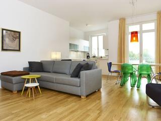 Spacious Mitte Insel apartment in Mitte with WiFi, privéparkeerplaats, balkon & lift., Berlín