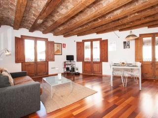 Gotic White apartment in Barrio Gotico with WiFi, air conditioning & balcony.