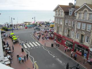 Spacious 2 Bed Top Floor Flat - Sea View, Eastbourne