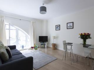 Luxurious Monument Street 1B apartment in City of London with WiFi & lift.