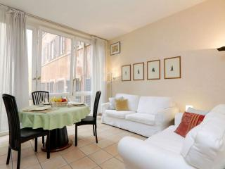 Trevi Fountain apartment in Centro Storico with WiFi, shared garden & lift.