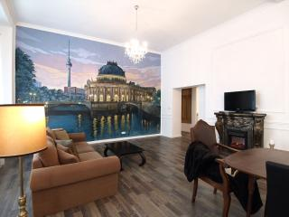 Spacious Berliner Ikone apartment in Prenzlauer Berg with WiFi & jacuzzi.