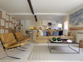 Santa Marinha House apartment in Alfama with WiFi & roof terrace.