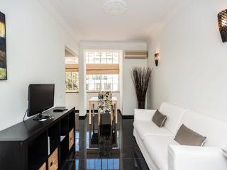 Spacious Prazeres Brilho apartment in Bairro Alto with WiFi & air conditioning.