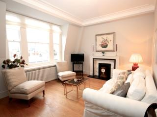 Grosvenor Square apartment in Westminster with WiFi & lift., London