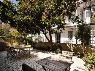 Ribeiro Jardim apartment in Pena with privétuin., Lisbon