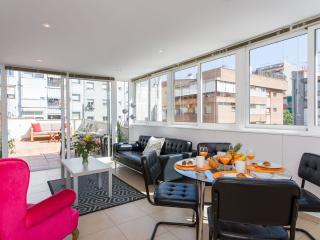 Spacious Petit Sagrada Familia Penthouse  apartment in Eixample Dreta with WiFi,