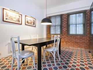 Spacious Mina apartment in Beyoğlu with WiFi & airconditioning., Istambul