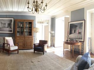 Spacious Madalena Douro apartment in Baixa/Chiado with WiFi, balkon & lift., Lisbon