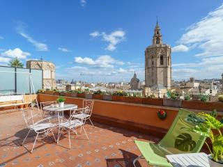 Ático Plaza de la Virgen apartment in El Carmen with WiFi, airconditioning, privédakterras & lift., Valencia