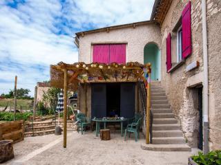 Chez Yza , location de tourisme classee 2 etoiles, au calme en pleine nature!