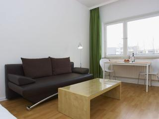 Wilhelm Weiss I apartment in Kreuzberg with WiFi, balkon & lift., Berlín