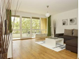 Spacious Mehringplatz III apartment in Kreuzberg with WiFi, balcony & lift.
