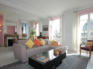 Spacious Grand St. Martin apartment in 03ème - Temple - Le Marais with WiFi & li