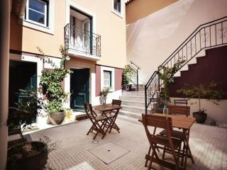 Estevao 4B apartment in Alfama with WiFi, gedeeld terras & lift.