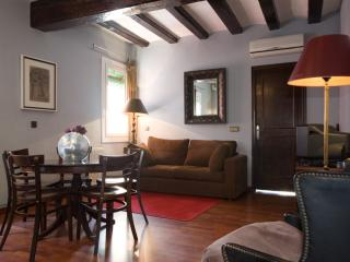 Carretes Rústic apartment in Raval with WiFi & airconditioning., Barcelona