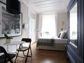 Madalena Azul apartment in Castelo with WiFi & balkon., Lisbon