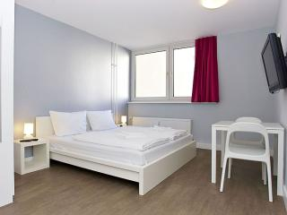 Cosy A 2.2 apartment in Kreuzberg with WiFi, shared terrace & lift.