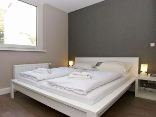 Cosy A 2.3 apartment in Kreuzberg with WiFi, shared terrace & lift.