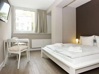 Cosy A 2.4 apartment in Kreuzberg with WiFi, shared terrace & lift.