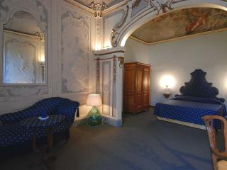 Spacious Palazzo Fossi apartment in Santa Maria Novella with WiFi & airconditioning., Florencia