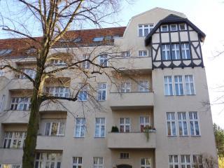 Dahlie Lichter apartment in Schöneberg with WiFi & balkon.