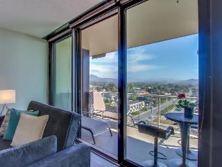 Oceanview condo on the Promenade w/ balcony, pool, and sauna access