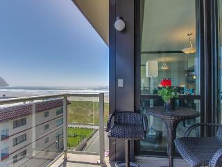 Oceanview condo on the Promenade w/ balcony, pool, and sauna access