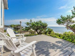 Perfect oceanfront beach getaway with amazing views - walk to the beach!, Gleneden Beach