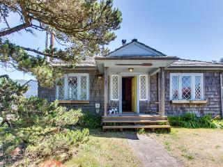 Bright, pet-friendly beach cabin awaits up to eight guests!, Rockaway Beach