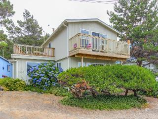Pet-friendly coastal retreat w/fireplace, beach access, more, Gleneden Beach