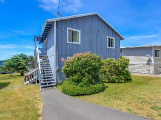 Beautiful home w/ ocean views, room for 11, huge patio!, Lincoln City