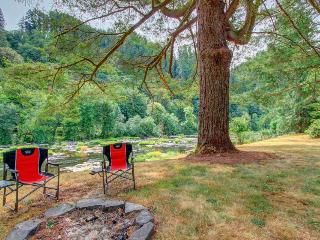Welcoming riverfront home - dog-friendly and with great views, Mapleton