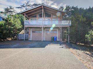 Oceanview, pet-friendly home - walk to beach & shared pool!, Waldport