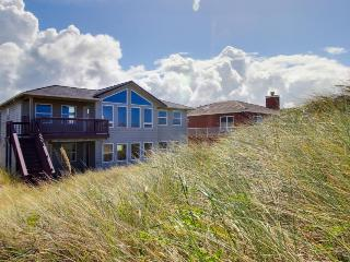 Oceanfront, bay view, comfort & elegance, seasonal pool., Waldport