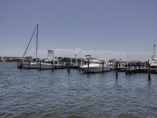 Inviting poolside suite w/boat slip to complex marina!, Fort Walton Beach