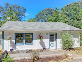 Cute, spacious, dog-friendly cottage with mountain views & deck, Hood River