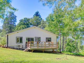 Cute, spacious, dog-friendly cottage with mountain views & deck